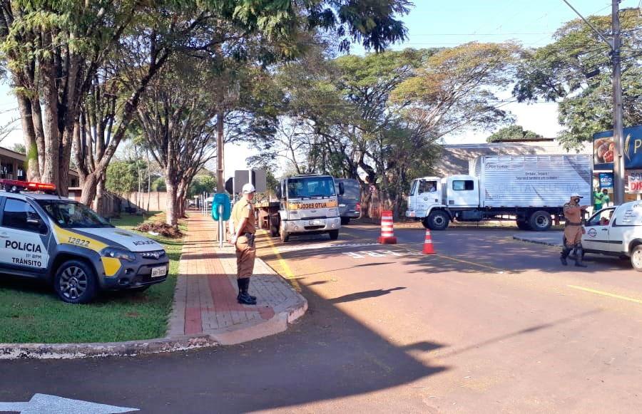 PM orienta para nova sinalização na Avenida José Tadeu Nunes, em frente ao  Batalhão